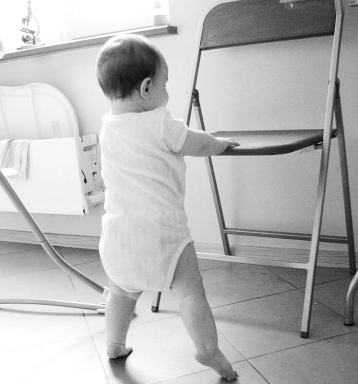 годовалый ребенок ходит на носочках
